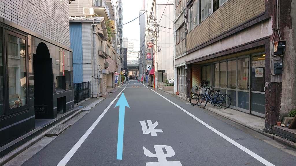 さらに直進すると、柴田第一ビルが左手に見えてきます。