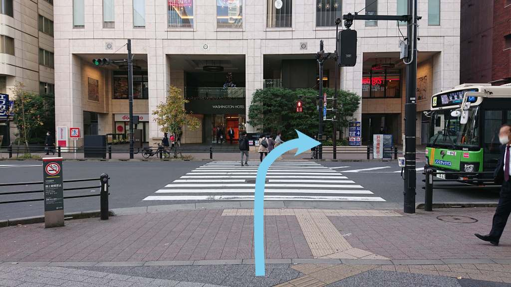 そのまま真っ直ぐ進んで、横断歩道を渡り右に折れます。