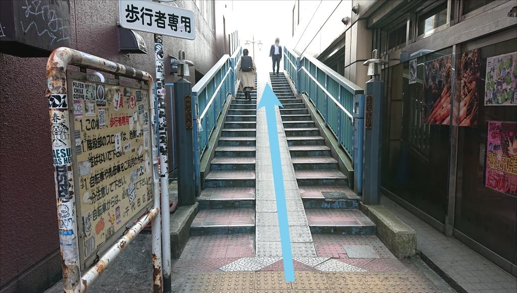 小道の階段を登り、川を横断します。