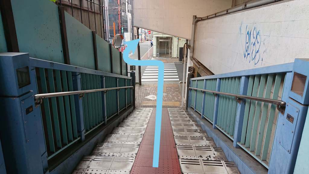 階段を下ったら、横断歩道を真っ直ぐ渡り、図のように奥へ進みます。