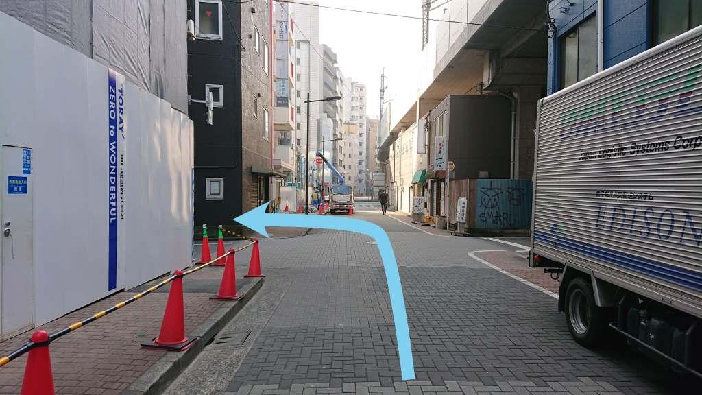 1つ目の角を左に曲がります。